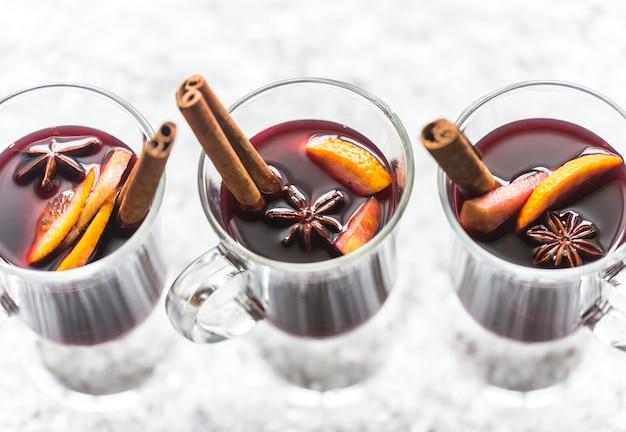 Copas de vino caliente en la nieve.