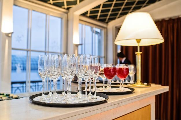 Copas de vino y champagne en el interior del restaurante.