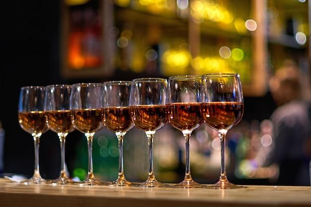 Copas de vino en una fila en la barra del bar