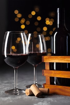 Copas de vino de primer plano con fondo bokeh