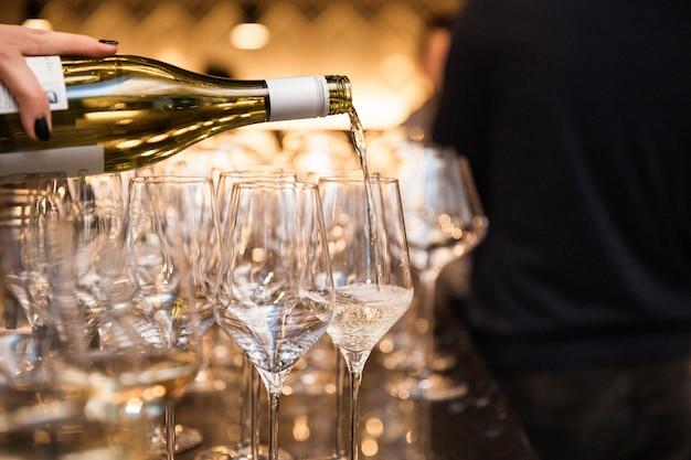 Copas de vino en restaurante cálido y loft