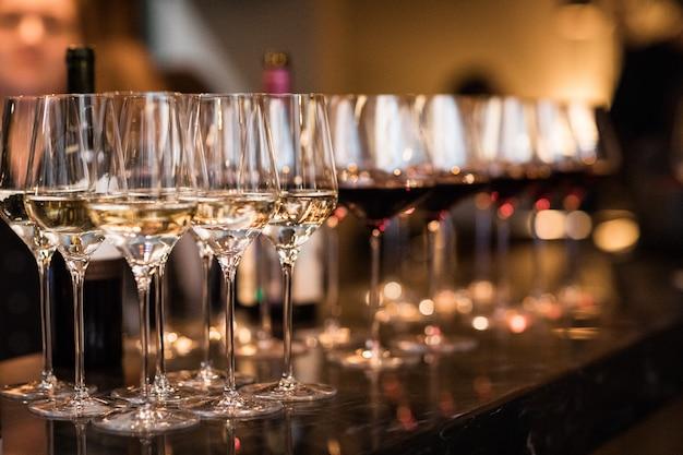 Copas de vino en restaurante cálido y loft Foto Premium