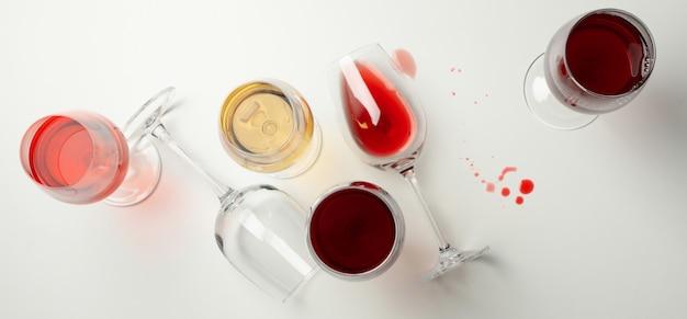 Copas de vino sobre fondo blanco, vista superior