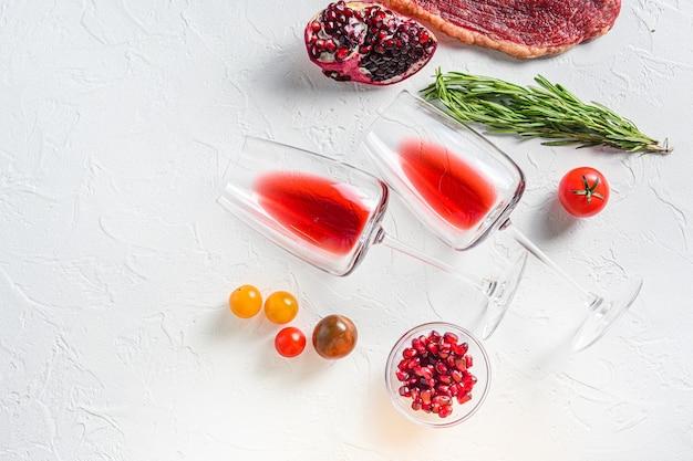 Copas de vino tinto con condimentos