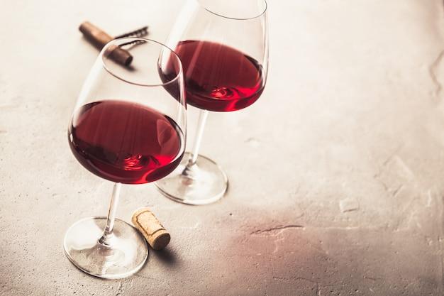 Copas de vino tinto sobre hormigón, copyspace