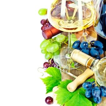Copas de vino y uvas sobre blanco