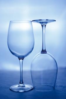 Copas de vino vacías en blanco. cuadro abstracto de vidrio.