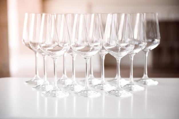 Copas de vino vacías cristalinas en una mesa.