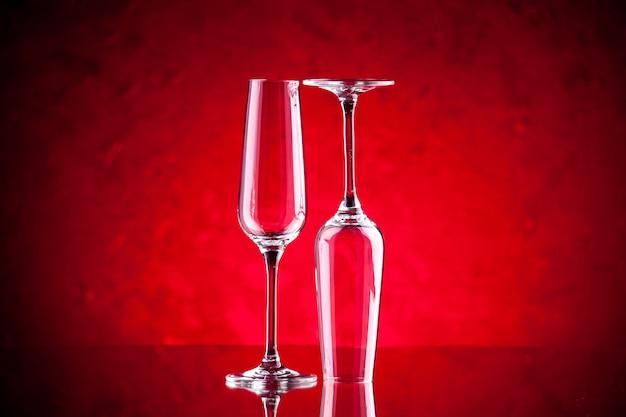 Copas de vino vista frontal una está boca abajo