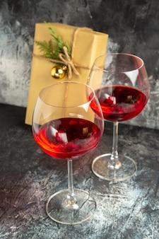 Copas de vino vista frontal presentes sobre fondo oscuro