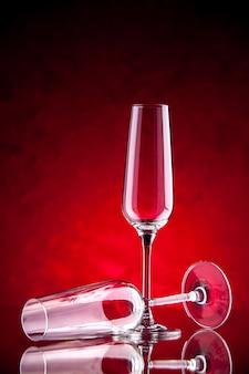 Copas de vino vista frontal una está volcada
