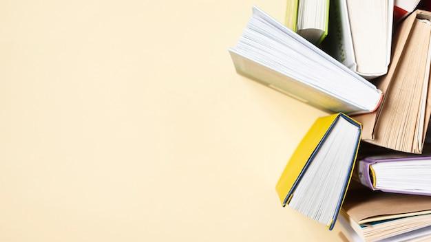 Copia-espacio abierto libros sobre la mesa