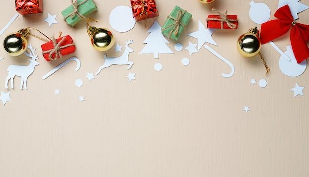 Copia espacio. adorno de navidad y decoración de corte de papel en la parte superior. fondo de color beige