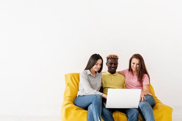 Copia espacio amigos en maqueta de sofá