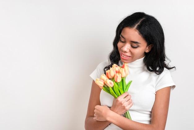 Copia espacio bella mujer con flores