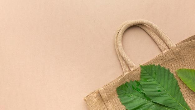 Copia espacio bolsa con hoja