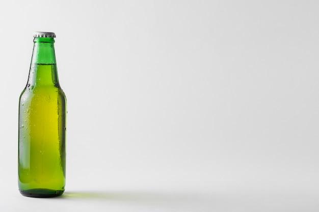 Copia espacio botella de cerveza en la mesa