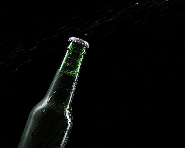 Copia espacio botella de cerveza