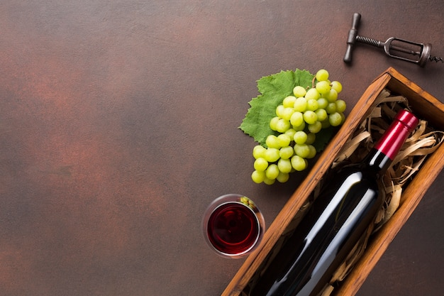 Copia espacio con botella llena de vino.