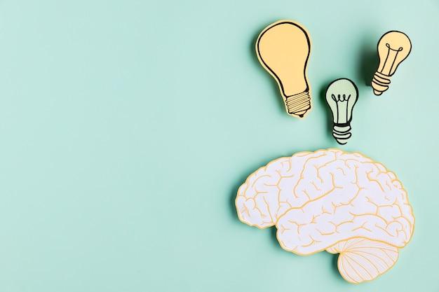 Copia espacio cerebro de papel con bombilla