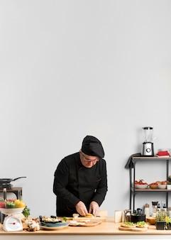 Copia espacio chef cortar queso