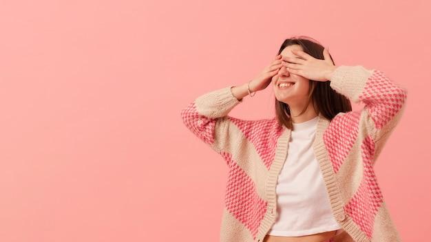 Copia-espacio chica cubriendo los ojos