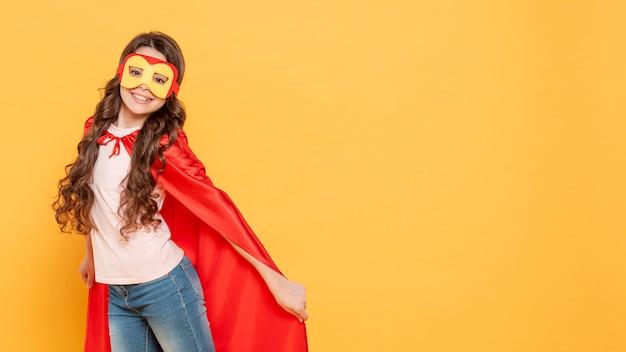 Copia-espacio chica jugando papel de superhéroe