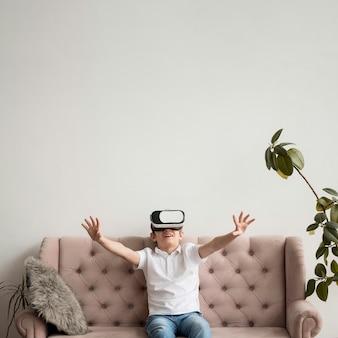 Copia-espacio chico con casco de realidad virtual