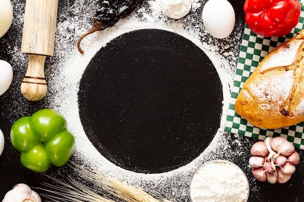Copia espacio círculo rodeado de comida