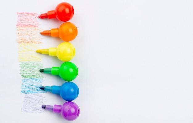 Copia-espacio de colores del arco iris para marcadores