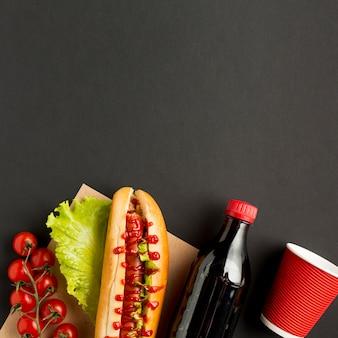 Copia espacio con comida rápida y soda.