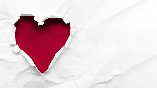 Copia-espacio corazón rojo sobre fondo blanco