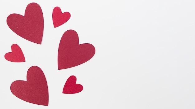Copia-espacio de diferentes tamaños de corazón en la mesa