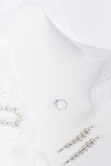 Copia espacio elegante joyería de novia