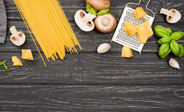 Copia espacio espagueti con champiñones