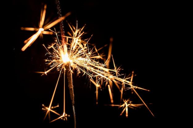 Copia espacio fiesta de año nuevo con fuegos artificiales