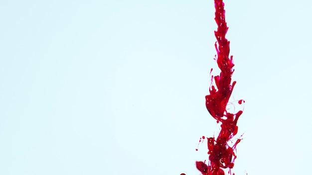 Copia espacio fondo azul con linea de sangre abstracta.