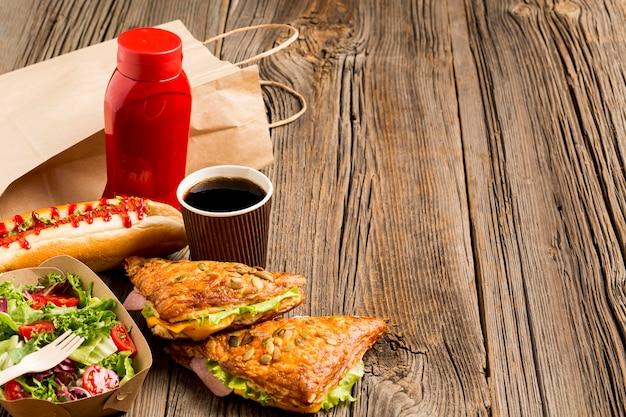 Copia espacio fondo madera con comida rápida.