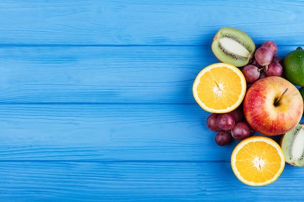 Copia espacio fondo de madera con frutas