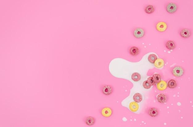 Copia espacio fondo rosa con leche y cereales