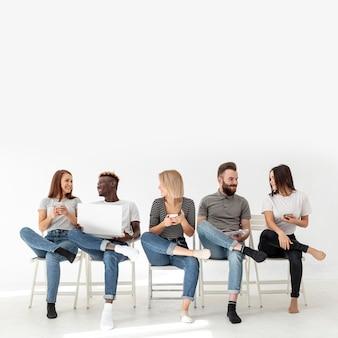 Copia espacio grupo de amigos mirándose