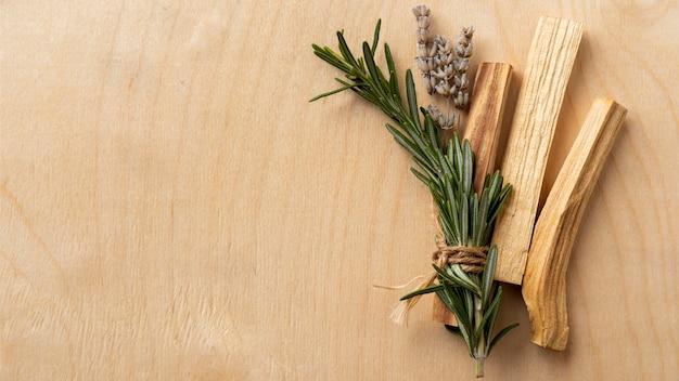Copia espacio hojas y palos de madera.