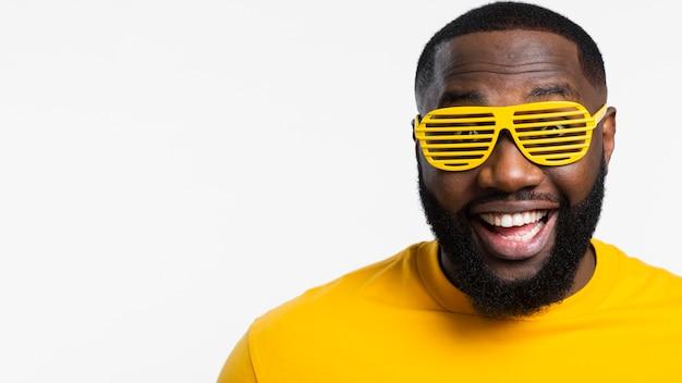 Copia espacio hombre con gafas de sol