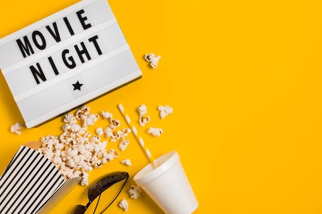 Copia espacio jugo y palomitas de maíz para cine