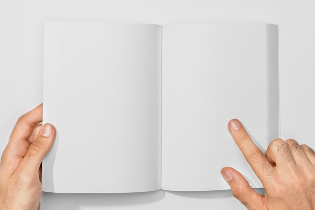 Copia espacio libro y persona sosteniendo páginas