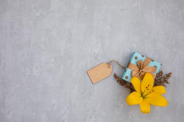 Copia espacio lily flor y regalo