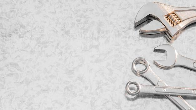 Copia-espacio llave mecánica en el escritorio