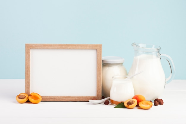 Copia de espacio de madera y productos lácteos.