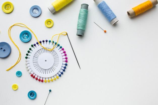 Copia espacio y mercería accesorios coloridos