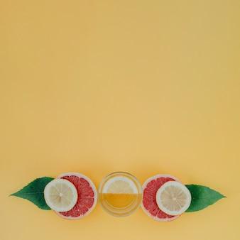 Copia espacio con mezcla de frutas y jugo.